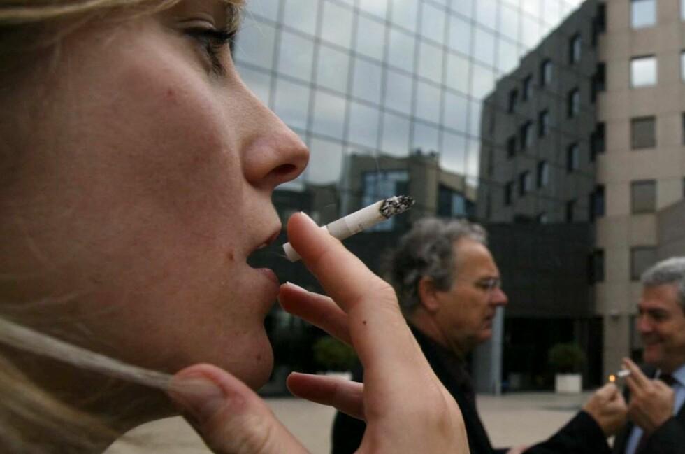 KAN NEKTE: Mange røyker i arbeidstiden, men om sjefen din vil, kan han nekte deg.  Foto: Colourbox