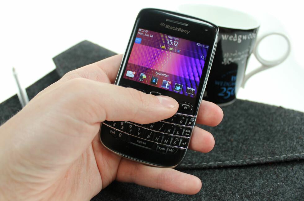 PROFT: Man føler seg som en skikkelig forretningsmann med BlackBerry Bold 9790. Helt til du finner ut at jobb-e-post ikke fungerer på den, såklart. Da føler du deg bare litt dum.  Foto: Ole Petter Baugerød Stokke