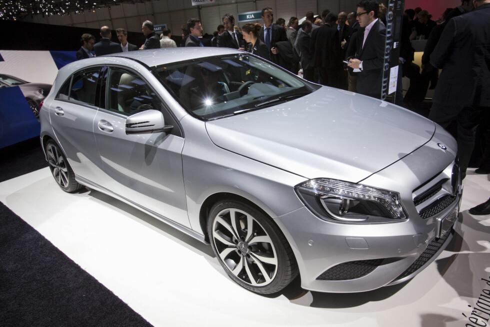 Slik ser altså nye Mercedes A-klasse ut. Det er helt klart en annen type bil enn forgjengeren; denne blir en klar utfordrer til BMW 1-serie og nye Audi A3. Foto: Per Ervland