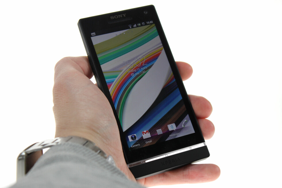 PEN: Sony Xperia S er fin å se på. Men designet har noen store mangler og feil, som gjør det unødvendig vanskelig å bruke telefonen.  Foto: Ole Petter Baugerød Stokke