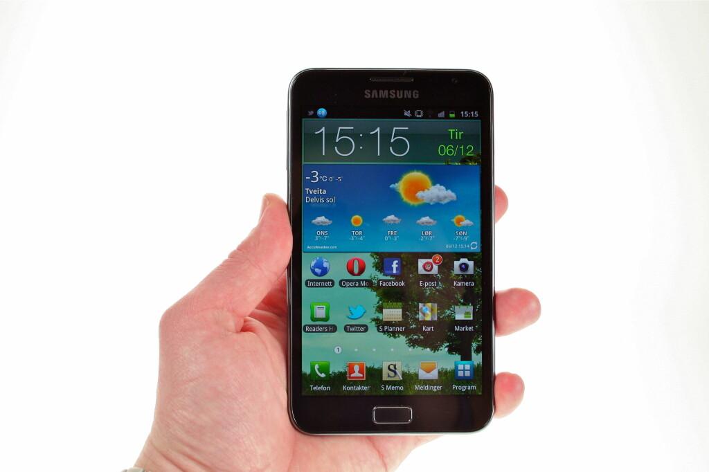 <B>ENORM:</B> Det finnes andre ord som kan beskrive Samsung Galaxy Note og den 5.3 tommer store skjermen, men vi faller stadig vekk tilbake på <I>enorm</I>. Foto: Øivind Idsø