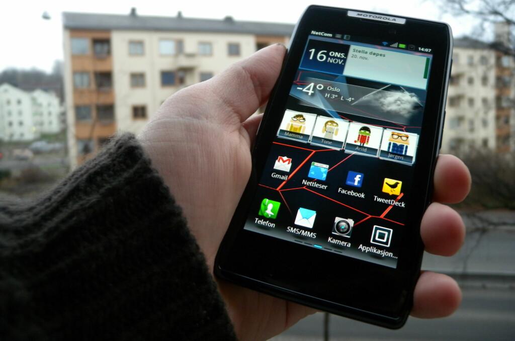 VARMER OPP: Motorola Razr har en skjerm som varmer opp kalde høstdager, og en kropp som skal takle en høstlig påkjenning. Legg også merke til hvor stor den er.