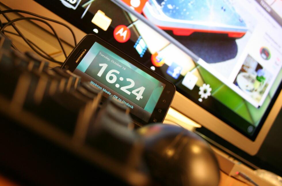MUS OG TASTATUR: Å bruke telefonen sammen med mus og tastatur er ikke noe vi er vant til. Motorola Atrix oppfordrer deg til å gjøre nettopp det, men ikke forvent deg en PC-opplevelse.  Foto: Ole Petter Baugerød Stokke