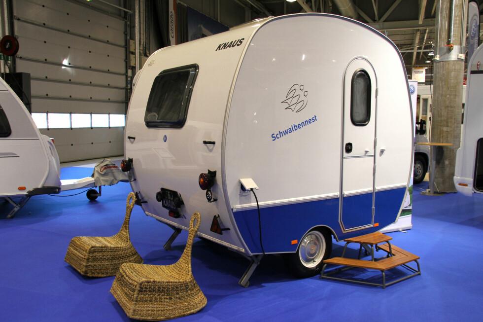VERDENS MINSTE? Denne campingvogna er en ny versjon av en gammel klassiker, og har knapt plass til annet enn to personer, soveplass og et bittelite kjøkken.
