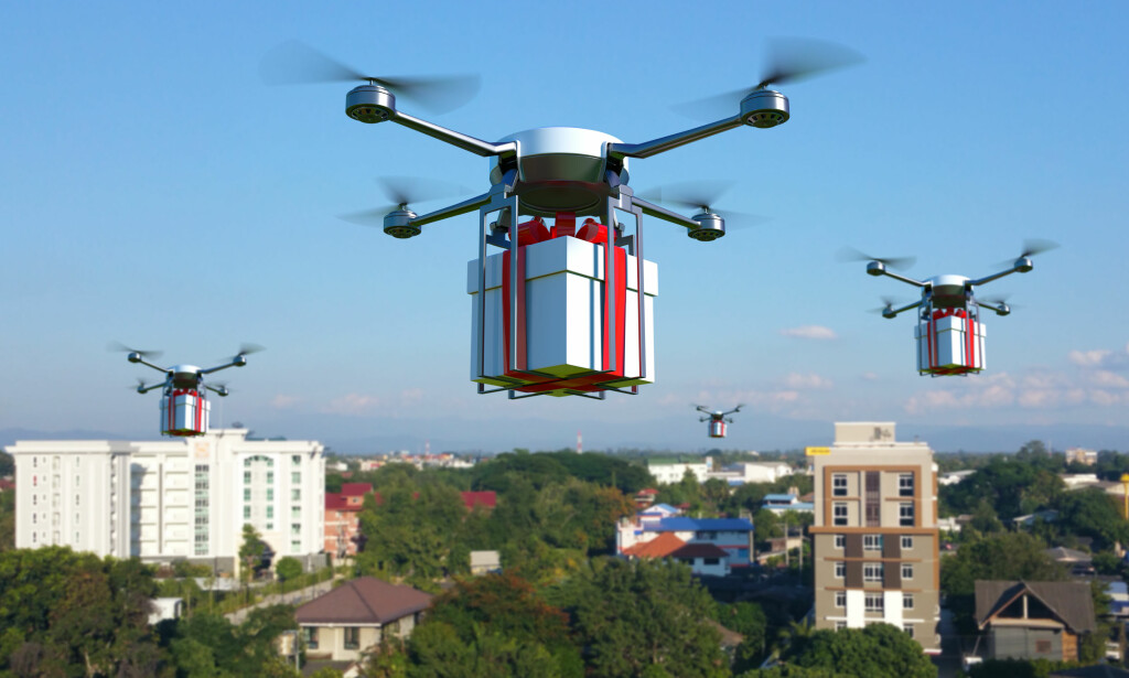 IKKE HELT DER ... Vi er ennå ikke helt der hvor vi kan sende pakker med droner her i Norge, selv om dette er mulig i andre land. Men det finnes likevel alternativer til Posten - og noen av dem er ganske mye billigere! Illustrasjon: Shutterstock/NTB Scanpix