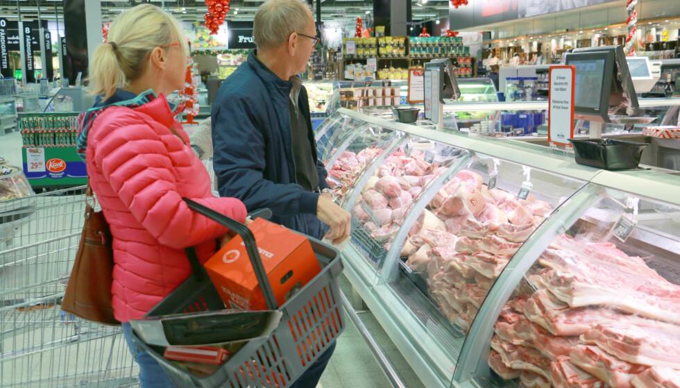 BILLIG RIBBE: Hos MaxiMat på Nordby Shoppingcenter får du fersk ribbe til 29,90 per kilo, som er mye billigere enn vakuumpakket billigribbe i Norge. Og nordmenn elsker billig ribbe: Ole Lind, butikksjef hos MaxiMat Nordby, sier til Dinside at de solgte 18 tonn ribbe forrige uke, hovedsakelig til norske kunder. Foto: Berit B. Njarga