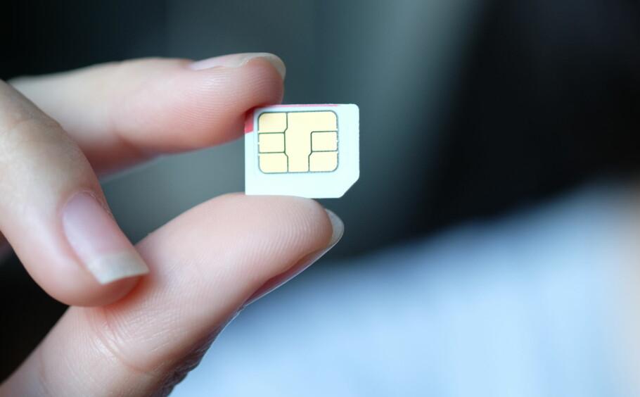 GAMMEL TRAVER: SIM-kort har vært med oss i snart 30 år. Framtidas SIM-kort blir trolig virtuelle, gjennom eSIM, som lagrer informasjonen på mobilen i stedet for på SIM-kortet. Men framtida er ikke riktig ennå, og mobilene står ikke først i køen. Foto: Shutterstock / NTB Scanpix