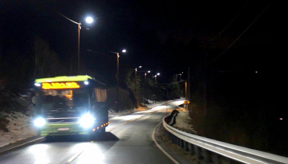 LED-GATELYS SPARER STRØM: Lysene langs fylkesvei 155 i Buskerud skrur seg plutselig på full styrke når man kommer kjørende. Skjermdump/Video: Rune Nesheim