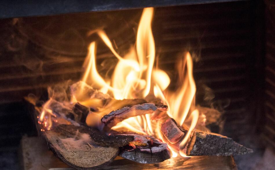 PRIPPEN PIPE: Moderne vedovner og piper kan ta skade dersom du brenner julegavepapir og fettrester. Foto: Sebastian Holsen/NTB scanpix.
