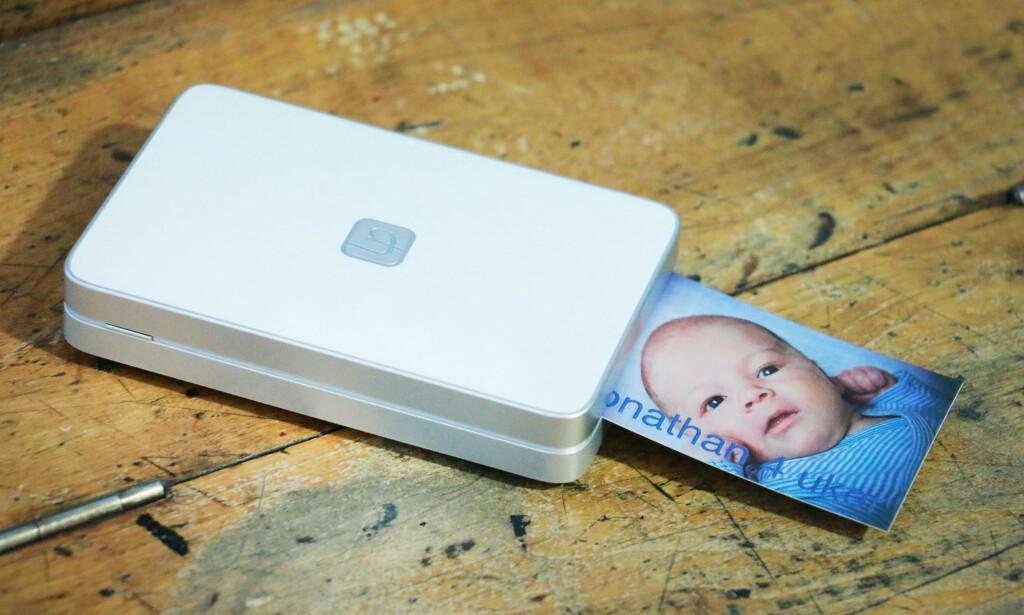 «APPLE-SKRIVEREN»: Lifeprint kan på avstand se ut som den er laget av Apple. Ikke så rart at den bare er å få kjøpt i Apple Store, kanskje? Foto: Ole Petter Baugerød Stokke