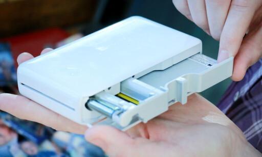 PAPIRKASSETT: Kodak Mini 2 bruker en egen papirkassett med blekkrull som smeltes på arkene. Foto: Ole Petter Baugerød Stokke