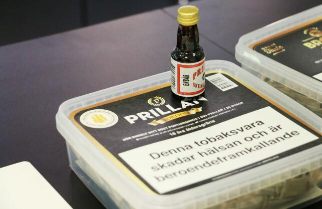 """BLANDE """"FERDIGSNUS"""": En boks med 500 porsjonssnus og aroma er alt du trenger. Foto: Kristin Sørdal"""