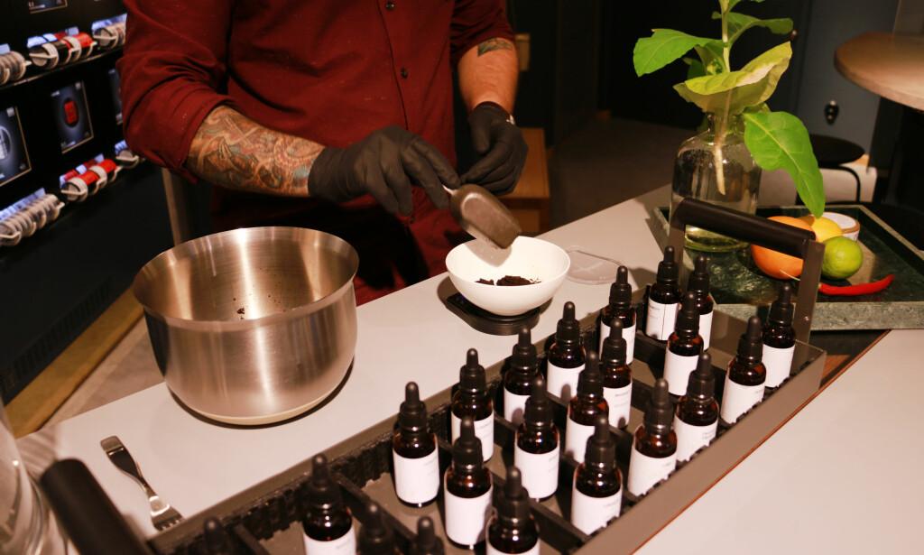 SNUS I SVERIGE: Syns du utvalget av smaker er for dårlig, kan du i Sverige velge å blande din egen snus. Foto: Kristin Sørdal
