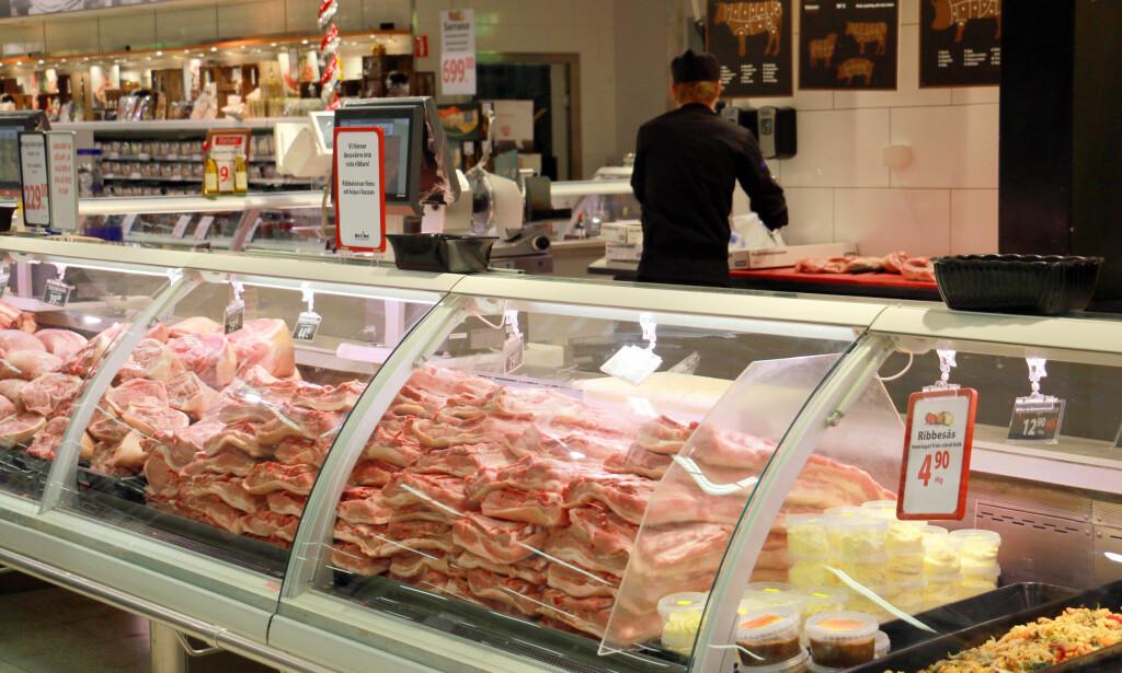 GRISEBILLIG: Fersk ribbe selges for 29,90 svenske kroner i svenske grensebutikker. Det er halve prisen av det vi betaler for billigste lavprisribbe her hjemme. Foto: Berit B. Njarga
