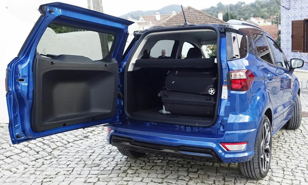 TRANGT: Selv reisebagasjen må på tvers i bagasjerommet. Men det har stor fleksibilitet med to høyder og flatt gulv. Foto: Rune M. Nesheim