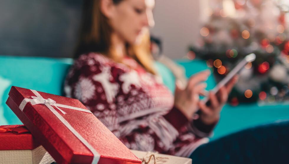 KLIKKER HJEM GAVER: Tall fra hovedorganisasjonen Virke og bransjeaktørene selv, viser at flere av oss velger å handle julegavene via nettbutikker. Foto: Zivica Kerkez/Shutterstock/NTB scanpix.