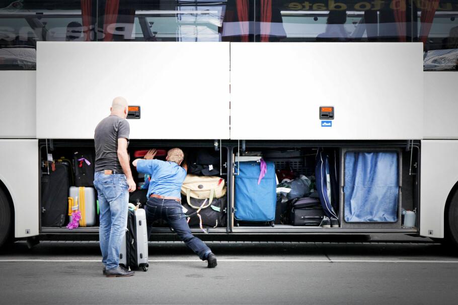 NULL KONTROLL: Du kan ikke følge med på verdigjenstander du legger under bussen. Nettopp derfor skal du ta dem med inn på bussen, ellers får du ingenting fra forsikringen om de forsvinner. Foto: Shutterstock / NTB Scanpix