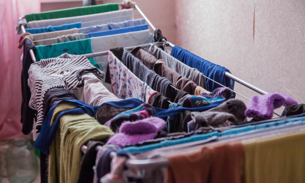 DETTE KREVER OGSÅ STRØM: Tørker du klær slik, på snora inne, koster det også penger i form av økt strømforbruk - fordi det senker innetemperaturen og du må fyre mer for å opprettholde innetemperaturen. Foto: Shutterstock/NTB Scanpix