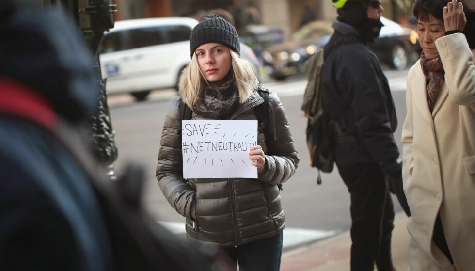 PROVOSERER: Mange amerikanere har de siste ukene protestert mot FCC sin fjerning av reglene for nettnøytralitet. Men det er ikke bare i USA denne debatten er aktuell; også i Norge bør vi være bevisst på hva nettnøytralitet er for noe. Foto: Scott Olson / Getty Images / AFP / NTB Scanpix