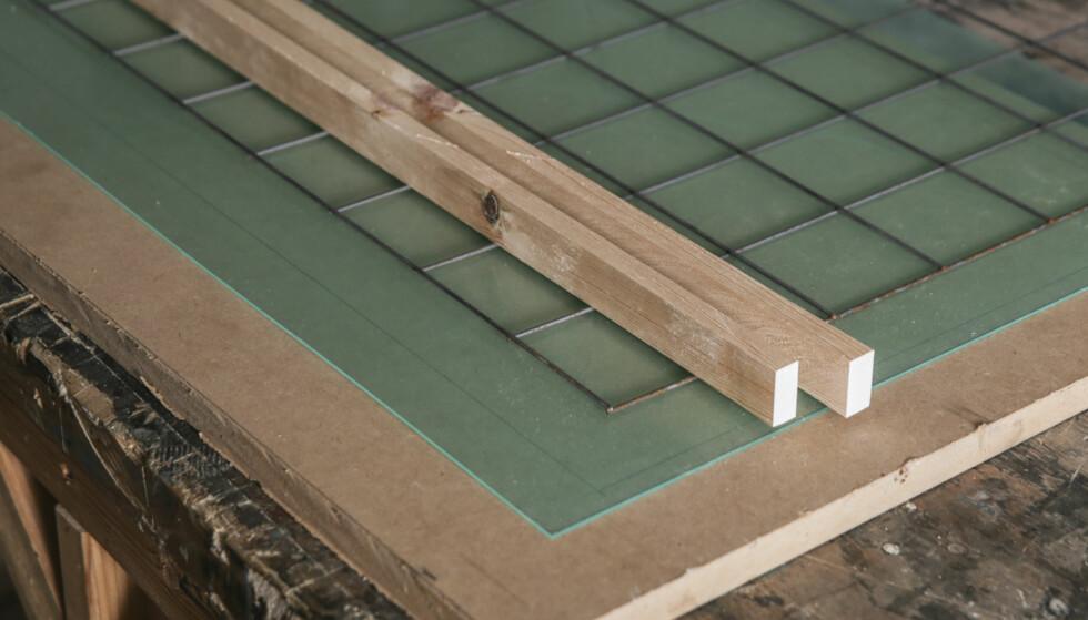 Materialer: En stabil plate i bunnen er viktig og formen må ha god understøtte, som et solid bord eller aller helst bukker. Pass på at alt er i vater. Bruk små, lette armeringsnett og høvlede lister til rammen. Høyden på listene bestemmer tykkelsen på betongplaten. Den bør ikke være særlig tynnere enn 30 mm. Foto: Øivind Lie-Jacobsen