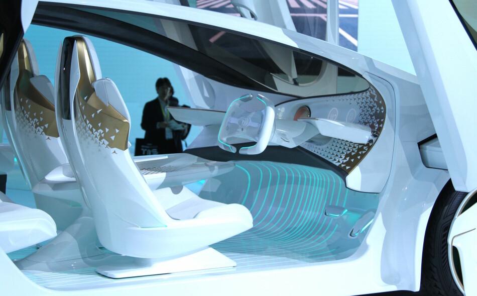FORBEREDER FREMTIDEN: Toyota har som kjent endret sin strategi og skal satse elektrisk i stor skala. Nøkkelteknologier des jobbes intenst med er neste generasjon batterier og AI (kunstig intelligens). På bildet ser vi interiøret i konseptbilen Concept-i. Foto: Rune Korsvoll