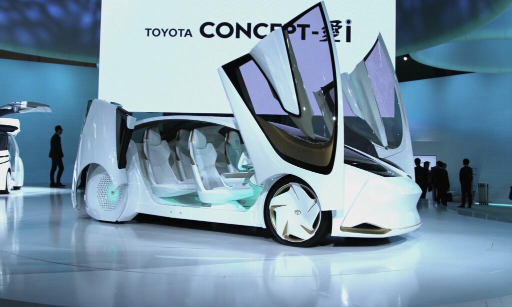 INTELLIGENS PÅ HJUL: Toyota satser på elektriske biler, og på kunstig intelligens. I Concept-i er det en slik «hemmelig» agent som kan overta for føreren hvis han blir trøtt eller vil gjøre andre ting enn å kjøre. Foto: Rune Korsvoll