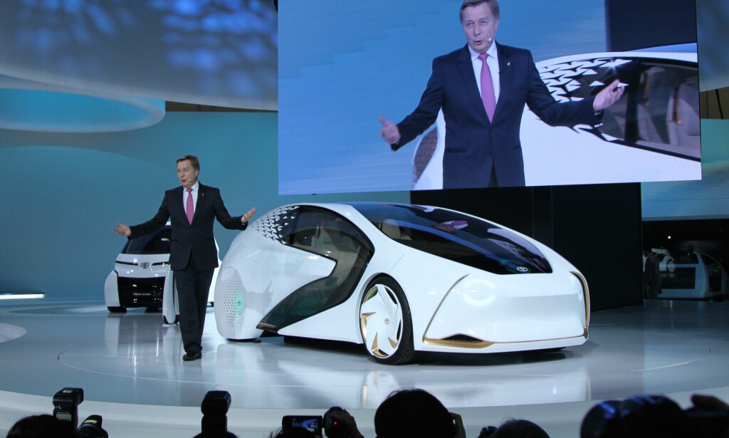 SPENNENDE CONCEPT-i: Her viser Europa-sjefen for Toyota, Didier Leroy, det kommende elektriske flaggskipet. Nye batterier dobler rekkevidden og lades på halve tiden. Foto: Rune Korsvoll