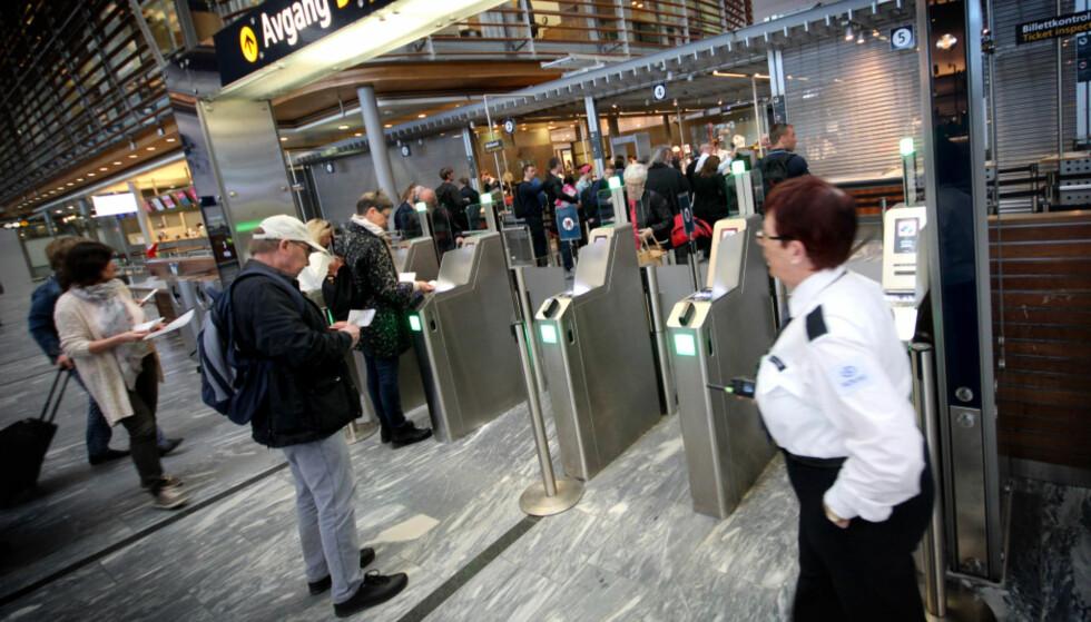 JULERUSHET ER HER: Onsdag, torsdag og fredag blir de travleste dagene på Oslo Lufthavn. - Ønsker man enda kortere ventetid i sikkerhetskontrollen kan man forberede seg ved å ta av belter, smykker og liknende, før man kommer frem til selve kontrollen, oppfordrer kommunikasjonssjef ved Oslo Lufthavn, Joachim Westher Andersen. –Det samme gjelder tablets og andre elektroniske gjenstander. Fra 21. desember kan reisende med nisseluser benytte familieslusene som for anledningen vil være pyntet til jul. Foto: Ole Petter Baugerød Stokke