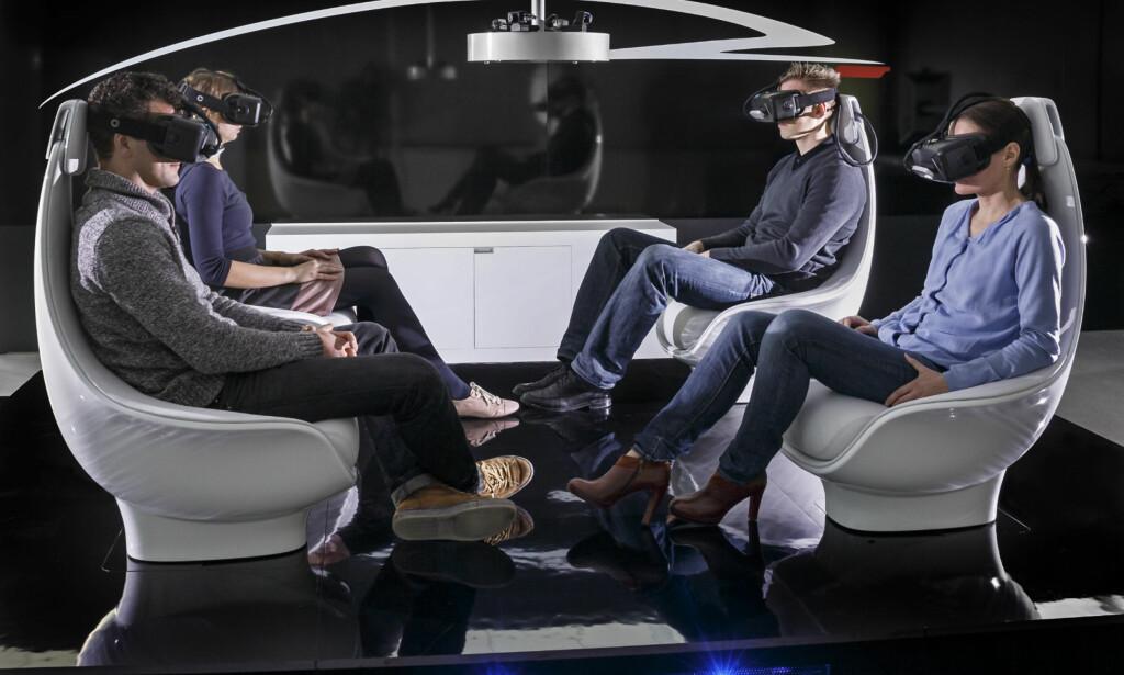 VIRTUELLE OG EKTE REISER: Selvkjørende busser er allerede på veiene på Kongsberg, og med VR- og AR-briller kan virkeligheten få nye dimensjoner. Her fra Mercedes sitt utviklingssenter. Foto: Daimler