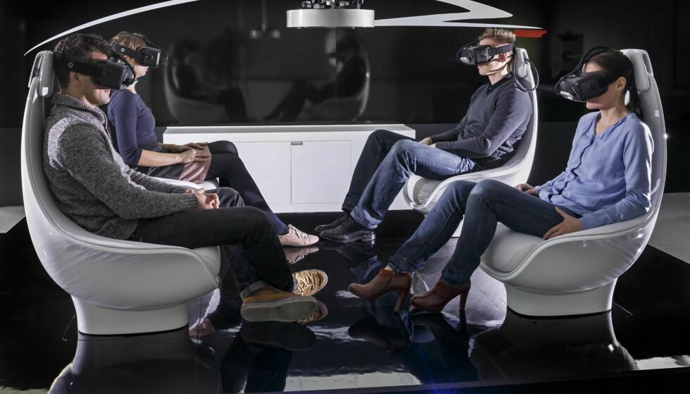 <strong>VIRTUELLE OG EKTE REISER:</strong> Selvkjørende busser er allerede på veiene på Kongsberg, og med VR- og AR-briller kan virkeligheten få nye dimensjoner. Her fra Mercedes sitt utviklingssenter. Foto: Daimler