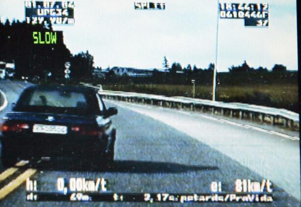 FØLGER ETTER: Det hender også at UP tar fartssyndere ved å følge etter dem. Bildet er fra en sivil utrykningsbil, som følger en BMW i 2004. BMW'en har akkurat har krysset en dobbelt heltrukket linje, rett før et vogntog kommer i full fart. Foto: NTB Scanpix