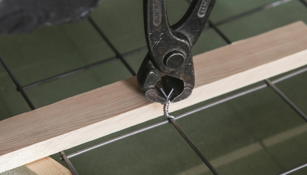 Armeringsstoler: Nettet skal ligge midt i støpen. Lag små armeringsstoler av ståltråd som du klipper av i riktig høyde. Foto: Øivind Lie-Jacobsen