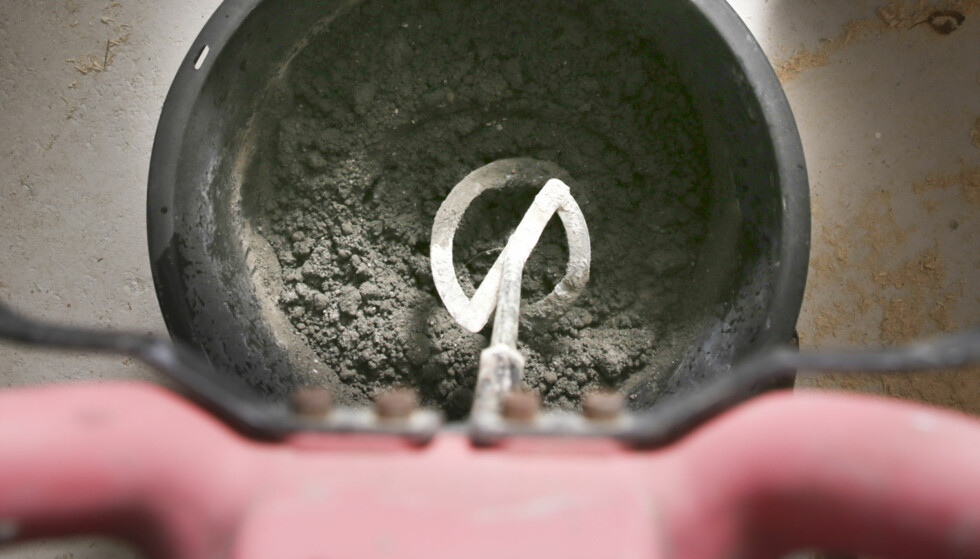 Bland mørtelen: Regn ut hvor mye betong du trenger og følg anvisningen på sekken slik at du får riktig mengde vann. Bruk betongvisp og bland godt. Foto: Øivind Lie-Jacobsen