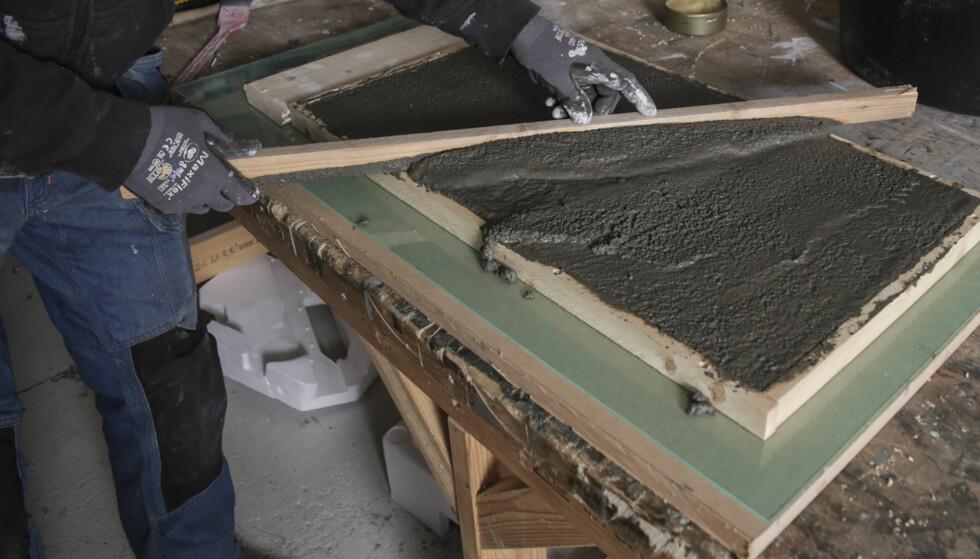 Jevn bunn: Stryk av den overskytende betongen med et bord. Bunnen må bli tålelig jevn slik at den ligger stabilt på underlaget. Foto: Øivind Lie-Jacobsen