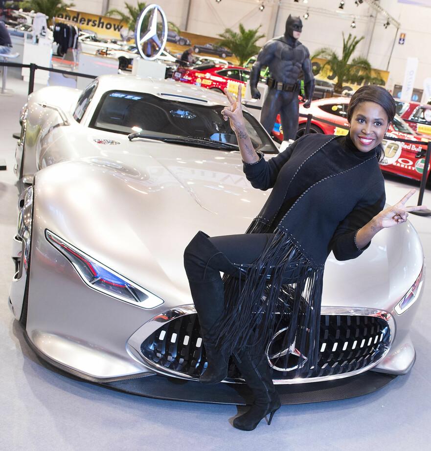 ESSEN MOTOR SHOW 2017: Rett i forkant av messe-åpningen poserer en modell sammen med Mercedes-AMG Vision Gran Turismo. Foto: Messe Essen