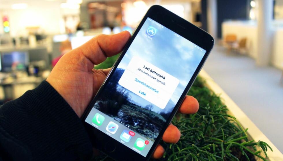 DÅRLIG BATTERI? Hvis du må lade mobilen mye oftere enn før, kan du oppleve at den blir tregere når du oppdaterer iOS. Foto: Bjørn Eirik Loftås