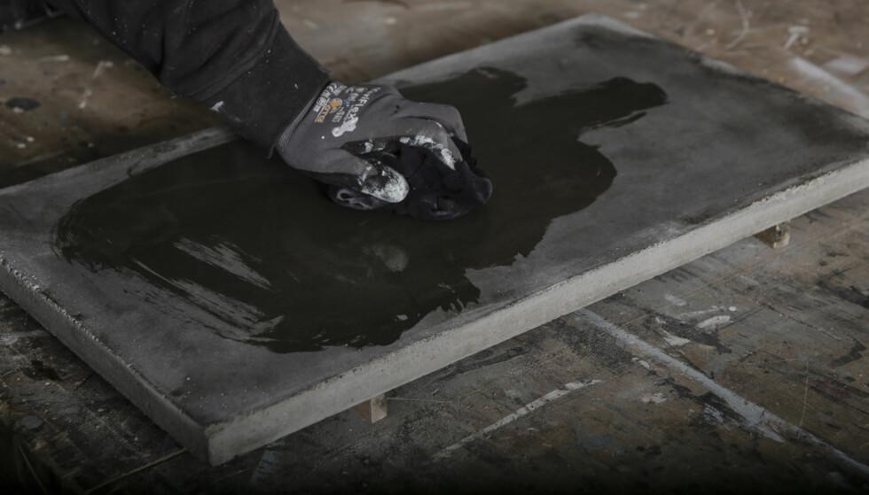 Overflatebehandling: Bruk en god olje beregnet på benkeplate i tre. Bruk samme fremgangsmåte som på treverk. Foto: Øivind Lie-Jacobsen