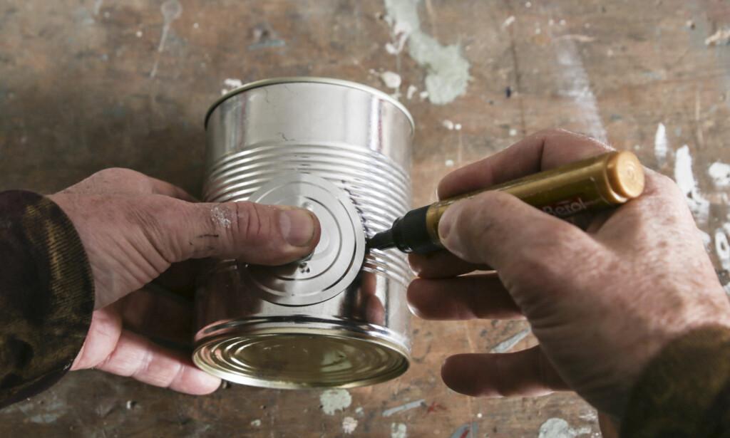 Åpning: Dra av toppen på den minste boksen, bruk toppen som mal når du lager åpning i de to andre boksene. Foto: Øivind Lie-Jacobsen