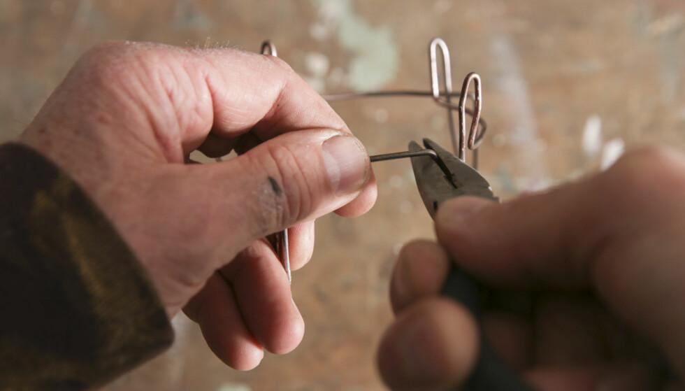 Kjelestativ. På toppen av ovnen må det være et stativ til kjelen. Bruk kraftig ståltråd som du bøyer til. Foto: Øivind Lie-Jacobsen