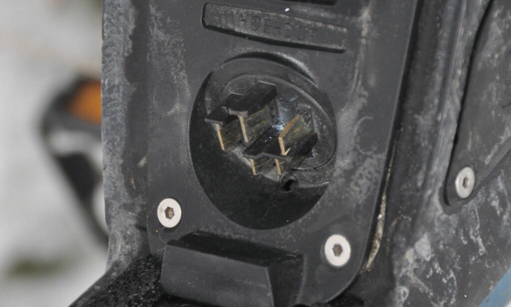 KONTAKTER: Dersom vann og fukt trenger seg inn i kontakten mellom batteri og motor, kan det bety problemer. Som oftest gjør en tørr fille susen. Foto: Tore Neset