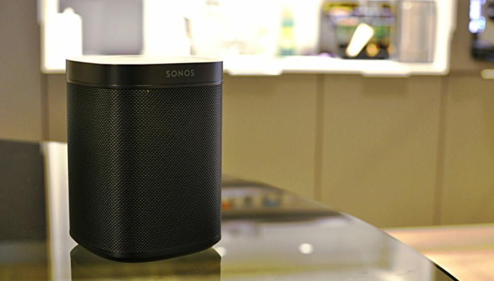 LYDER: Denne Sonos-boksen er en av de modellene som kan være utsatt for at lyder fra vilt fremmede folk blander seg inn. Foto: Tore Neset
