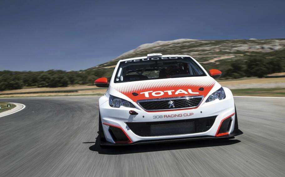 FULL FRES: Lav vekt og suverene kjøreegenskaper gjør at Peugeot 308 Racing Cups 308 hestekrefter er nok til å gjøre jobben. Foto: Peugeot