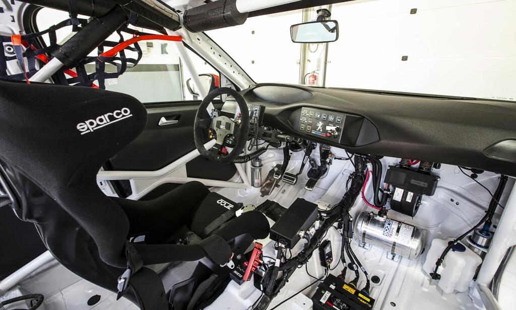 PÅ INNSIDEN: Slik ser en racerbil ut inni - i alle fall Peugeot 308 RC. Foto: Peugeot