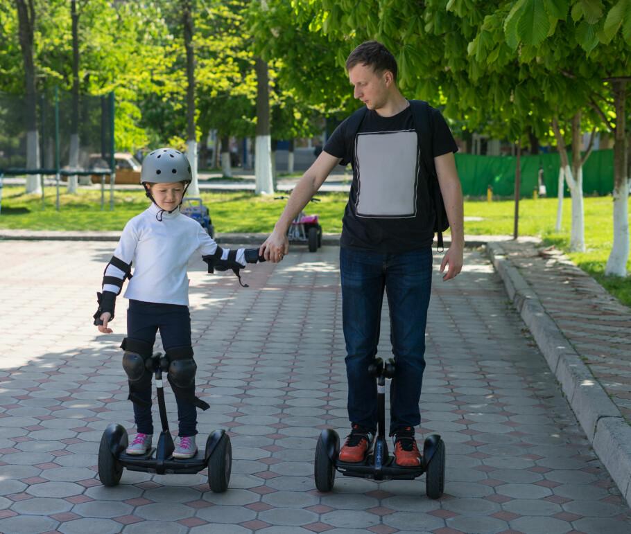 ALDERSGRENSE OG HJELMPÅBUD: Vegdirektoratet har oversendt sitt endelige forslag til nye regler for små elektriske kjøretøy til Samferdselsdepartementet. De nye reglene omfatter blant annet aldersgrense på 12 år for kjøring på hoverboard og liknende - og hjelmpåbud for de under 17 år. Foto: Shutterstock/NTB Scanpix
