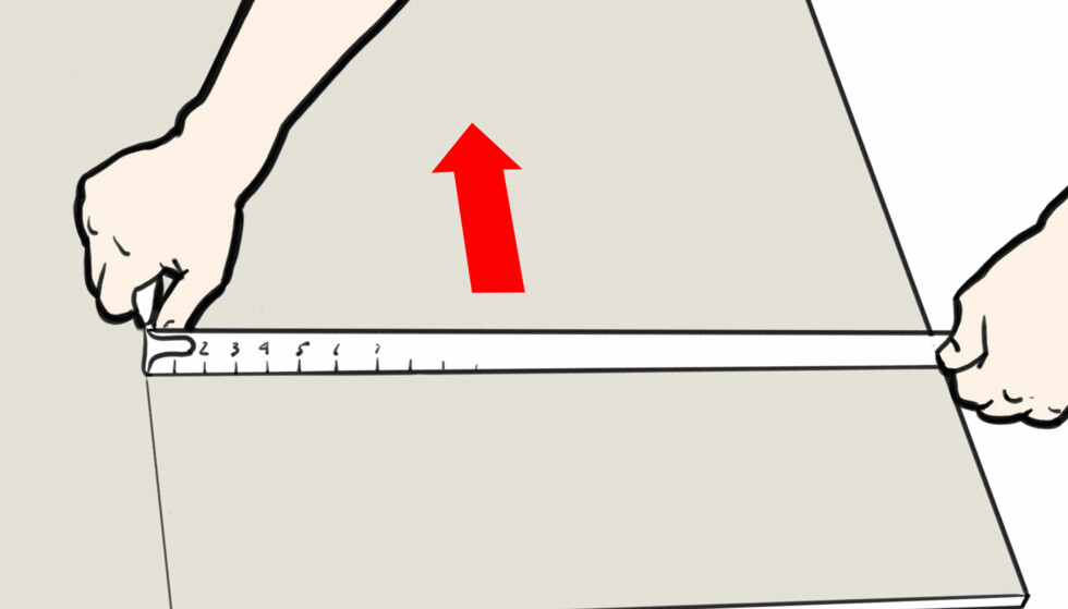 Dra: Med den andre hånden hoder du fast i målebåndet. Pekefingeren fungerer som støtte mot kanten av platen. Dra bakover mens du lar kniven skjære igjennom kartongen på gipsplaten. Illustrasjon: Øivind Lie-Jacobsen