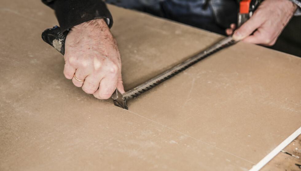 KAPPE GIPSPLATER: Tapetkniv og målebånd er alt du trenger. Foto: Øivind Lie-Jacobsen