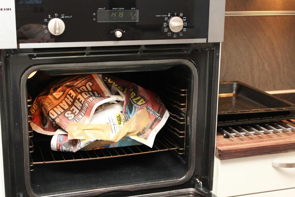 Slik lager du god, gammeldags grøt enklest mulig: Pakk den inn i avispapir, sett den i ovnen på 30 grader - og vent! Foto: Kristin Sørdal