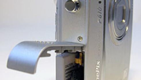 Batteri og minnekort skjules bak samme luke på siden av kameraet.