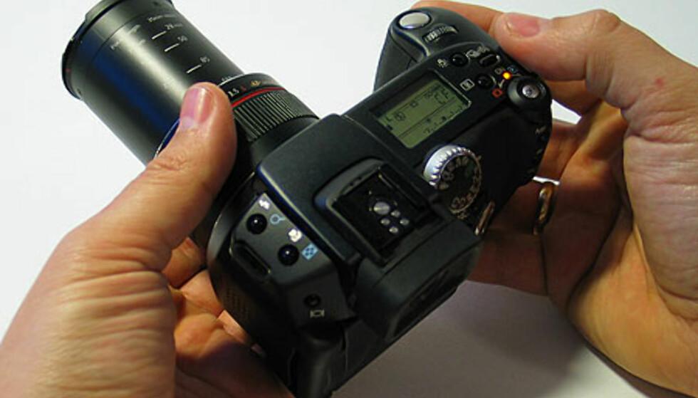 Zoomen er elektronisk, men styres som på et speilreflekskamera