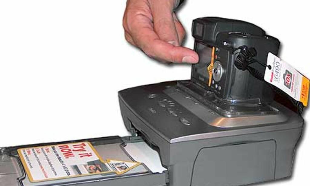 """Kameraet kan settes direkte i EasyShare dock 6000 for """"fremkalling"""" av bildene (sublimeringsteknikk) i 10 x 15 cm."""